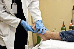 Обследование ног врачом