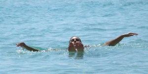 Свело ногу в море