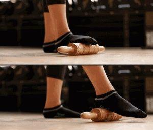 Катание скалки ступнями по полу