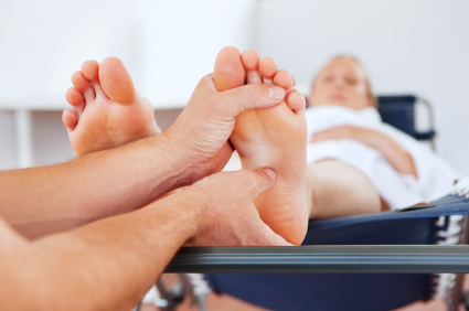 Массаж больных ног