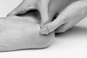 Почему болит пятка с внутренней стороны стопы