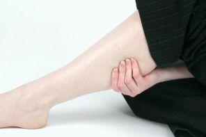 Почему опухла икра ноги и болит