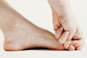Почему пальцы на ногах сводит судорогой