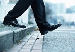 Почему болит колено при спуске с лестницы