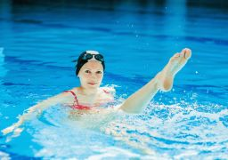Почему сводит ноги судорогой в воде