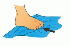 Сминание полотенца ногами