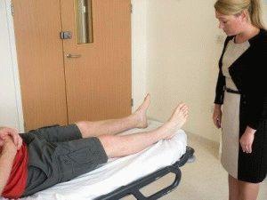 Осмотр ноги пациента