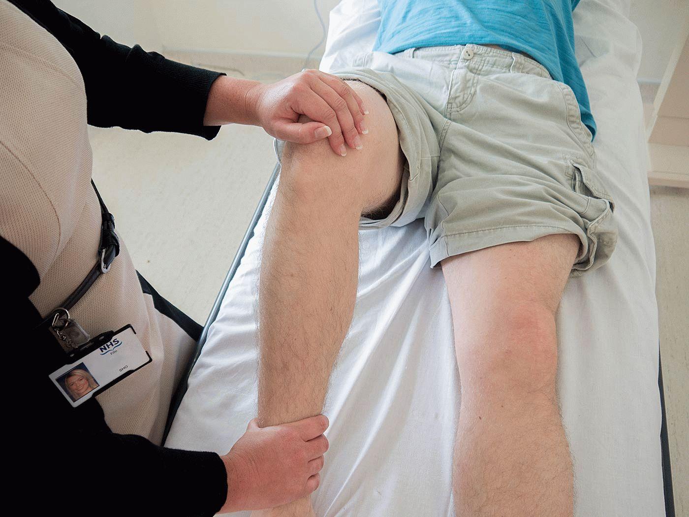 Болит колено при ходьбе вниз по лестнице