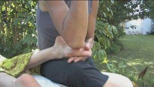 Массирование ног локтями